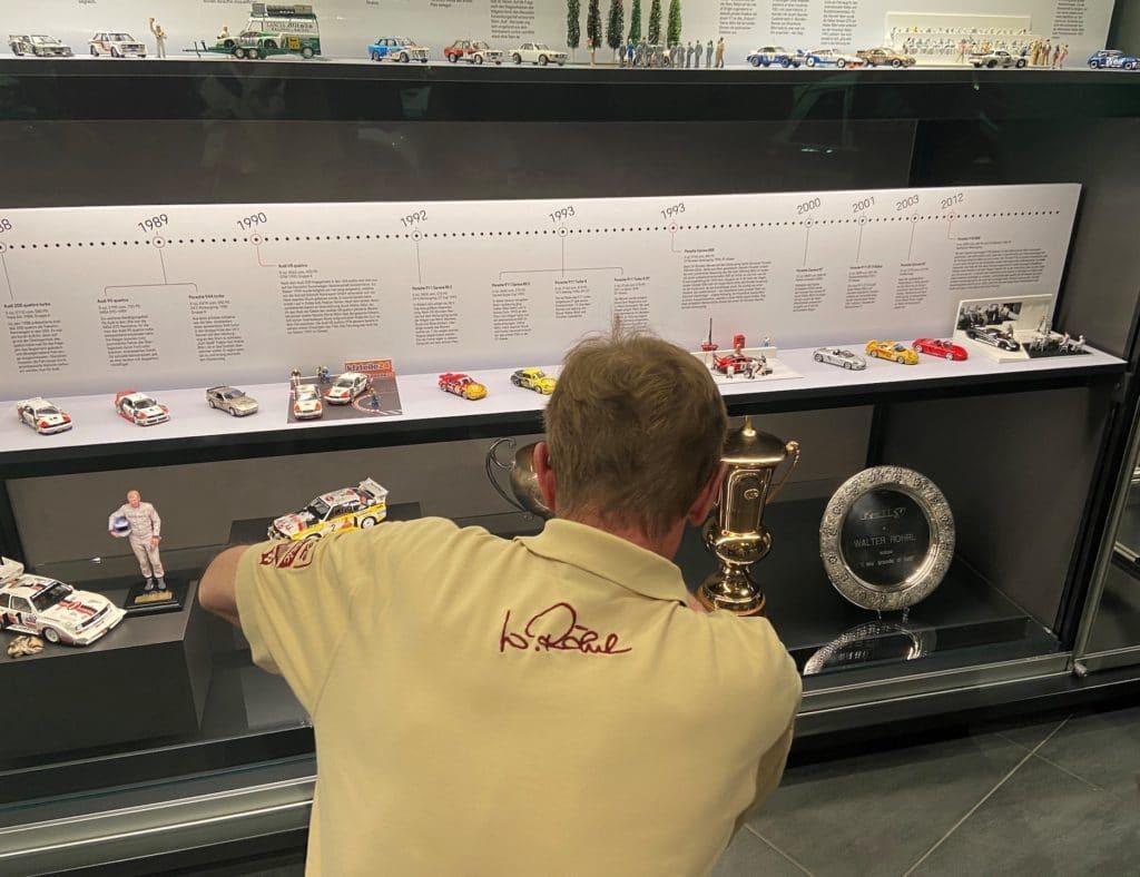 Walter Röhrl bestaunt seine Miniaturautos