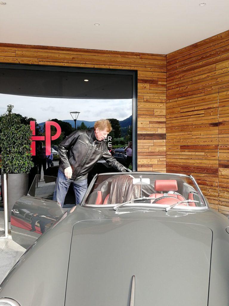 Walter Röhrl mit seinem Roadster im Traumwerk